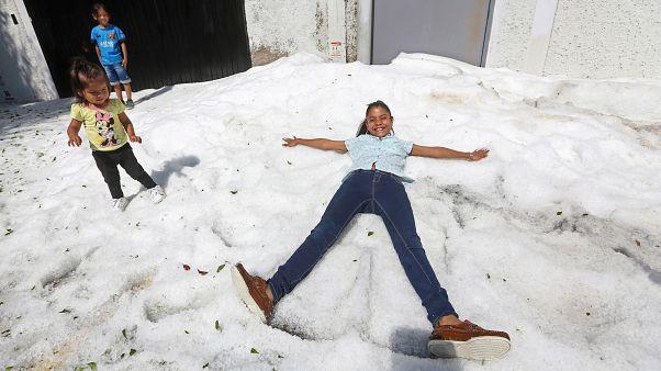 Снегу - редкому для этих мест - как всегда больше всего рады дети