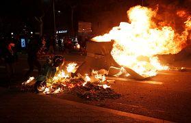Un manifestante separatista prende fuego a una motocicleta durante una protesta en Barcelona, España, el 15 de octubre de 2019.
