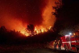 Pompiers tentant de circonscrire l'incendie à Oroville, en Californie, le 9 septembre 2020