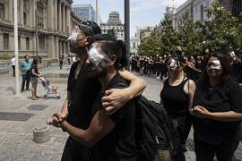 Des Chiliens manifestent en soutien des blessés à l'œil par les forces de l'ordre à Santiago du Chili le 18 novembre 2019