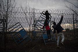 تلاش پناهجویان برای عبور از مرز