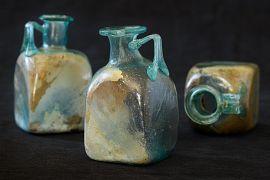 Bouteilles en verre trouvées sur les restes osseux brûlés du défunt dans un petit coffre monolith