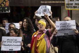 Un manifestant catalan se couvre l'œil pour protester en solidarité de blessés par les forces de l'ordre, Barcelone le 23 octobre 2019