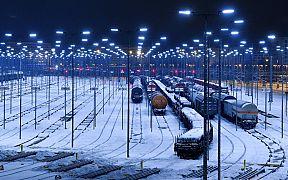 Schnee bedeckt die Gleise an einem Güterbahnhof der Bahn in Halle/Saale, Deutschland,12.02.2021