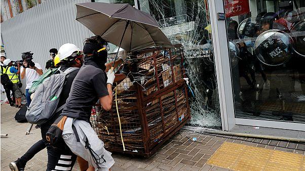 Scontri a Hong Kong: assedio al Parlamento