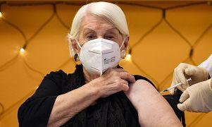 La novantaduenne Gertrud Vogel, residente in una casa di cura, riceve un'iniezione del vaccino COVID-19 a Colonia, Germania, domenica 27 dicembre 2020.