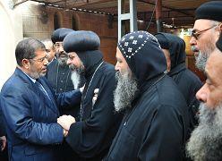 الرئيس المصري السابق محمد مرسي مع رجال الدين الأقباط في نوفمبر/تشرين الثاني 2012
