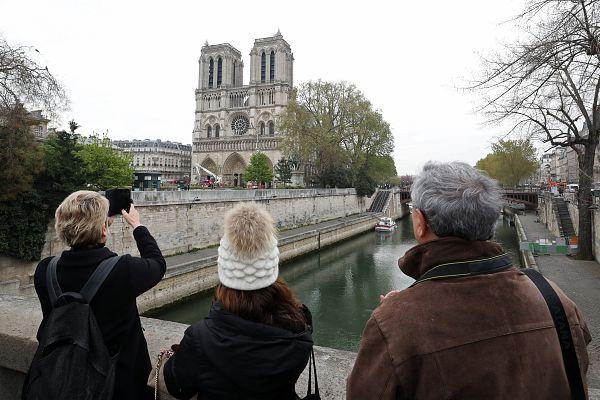 Több ezren nézték hétfő este Párizsban, ahogy az épület elenyészik