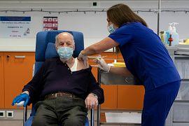 Michalis Giovanidis, residente in una casa di cura, riceve un'iniezione con una dose di vaccino COVID-19, ad Atene, domenica 27 dicembre 2020.