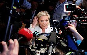 مارین لوپن در میان خبرنگاران پس از اعلام پیشتازی در انتخابات پارلمان اروپا