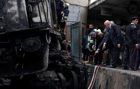 أفراد يتفحصون آثار الحريق الذي اندلع في قطار بمحطة رمسيس في القاهرة