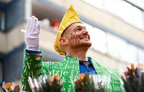 Astronaut Alexander Gerst fährt beim Rosenmontags-Umzug in Köln mit