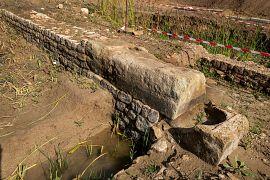 Murs d'enclos avec seuil et bloc d'angle constitués de stèles en remploi