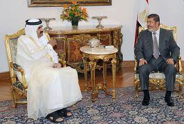 الرئيس المصري السابق محمد مرسي مع الشيخ حمد بن خليفة آل ثاني أمير قطرالسابق -  أكتوبر/ تشرين الثاني 2012