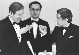 امپراتور آکیهیتو و روه تای-وو رئیس جمهوری کره جنوبی در سال ۱۹۹۰