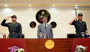 الرئيس المصري السابق محمد مرسي مع عبد الفتاح السيسي يناير/ كانون الثاني 2013