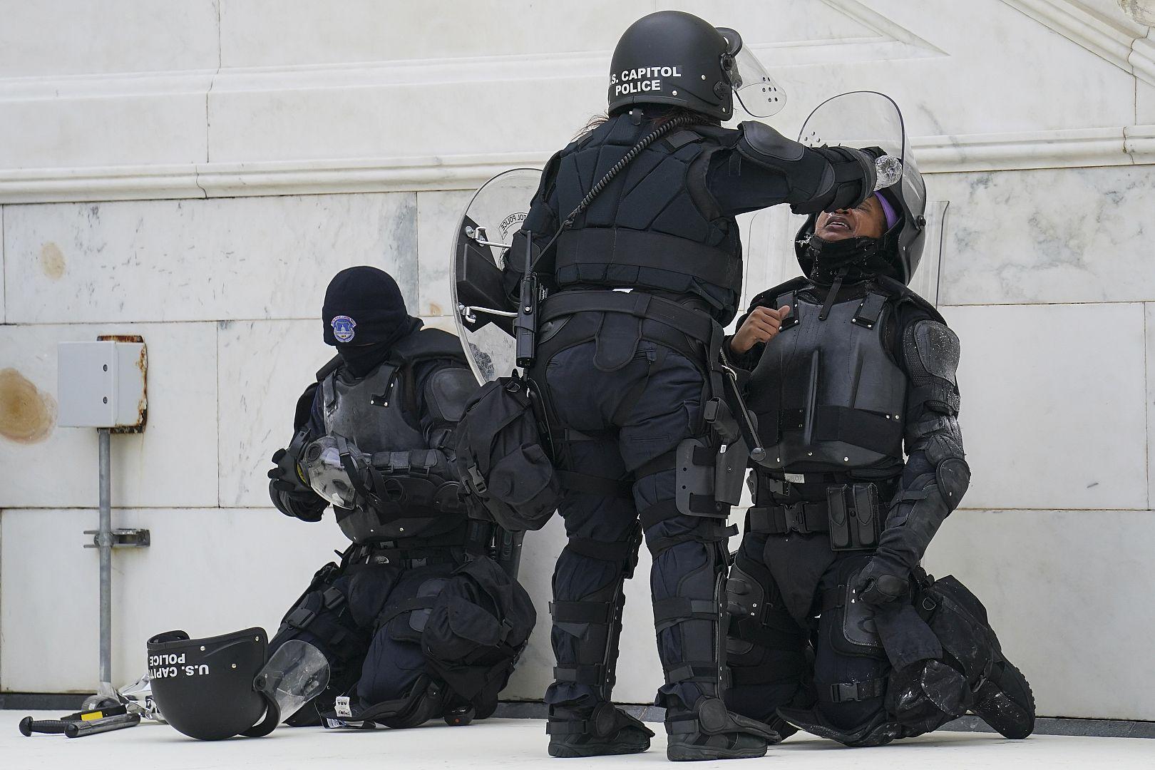 Seorang petugas polisi memiliki mata yang memerah dengan air setelah konfrontasi dengan demonstran di Capitol di Washington, AS. 6 Januari 2021