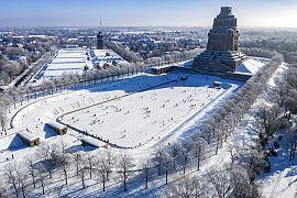 Mit und ohne Schlittschuhe sind Leipziger auf dem See der tausend Tränen vor dem Völkerschlachtdenkmal in Leipzig unterwegs, 14.02.2021