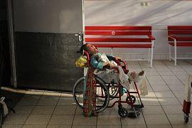 Patlayan bir bomba sonucu yaralanan küçük kız ağlıyor
