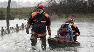 Un residente de La Faute sur Mer, en la costa atlántica del suroeste de Francia es evacuado por los bomberos como resultado de una tormenta, lunes 1 de marzo de 2010.