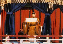 آکیهیتو در حال سوگند به قانون اساسی ژاپن در زمان نشستن بر تخت پادشاهی- ۱۹۹۰