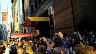 Elektrikler olmadığı için sinema salonlarını terk eden New Yorklular