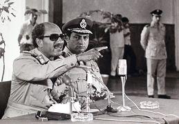 الرئيس المصري أنور السادات يدلي بتصريحات ويجلس بقربه نائب الرئيس حسني مبارك إلى القاهرة ، مصر. 1979