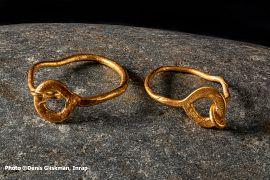 oucles d'oreille en or, retrouvées dans la tombe en cercueil de plomb d'un jeune enfant.