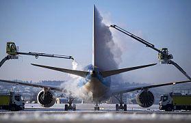Ein Flugzeug wird auf dem Stuttgarter Flughafen vor dem Start enteist, 12.02.2021