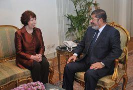 الرئيس المصري السابق محمد مرسي مع كاترين أشتون مسؤولة الأمن والسياسة الخارجية في الاتحاد الأوروبي نوفمبر/تشرين الثاني 2012