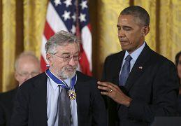 رابرت دنیرو، بازیگر آمریکایی در سال ۲۰۱۶ نشان افتخار آزادی را دریافت کرد.
