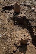 Exemples de conduits à libation constitués de morceaux d'amphores installés verticalement sur le dépôt funéraire et dont le sommet émergeait au niveau du sol