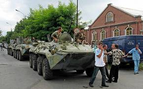 К школе были стянуты военные и спецназ. Поначалу власти сообщали о десятках заложников.