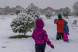 Ein Mann wirft einen Schneeball in Vaciamadrid, Spanien, 7.1.2021