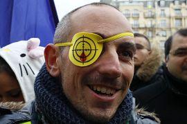 Un manifestant proteste contre les violences policières et les blessures à l'œil infligées par les forces de l'ordre, Paris, le 02 février