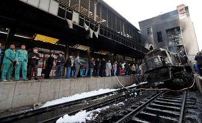 تجمع للناس في محطة قطار رمسيس في القاهرة بعد حريق تسبب بوفيات وإصابات
