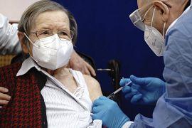 La centenaria Ruth Heller, a sinistra, viene vaccinata contro il coronavirus da Fatmir Dalladaku presso la casa di cura Agaplesion Bethanien Sophienhaus di Berlino, Germania,