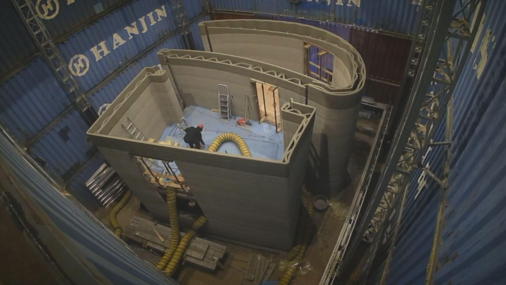 O clădire din beton, cu două etaje, de 90 de metri pătrați, imprimată cu o imprimantă 3D.