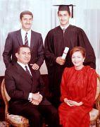 الرئيس المصري السابق حسني مبارك مع مع زوجته سوزان وابنيه علاء وجمال مبارك في اليوم الذي تخرج فيه جمال من الجامعة الأمريكية في القاهرة. 1984