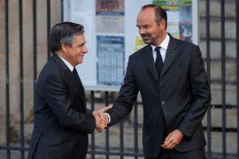 Le premier ministre français Gérard Philippe et François Fillon se saluent à la cérémonie funéraire de Jacques Chirac
