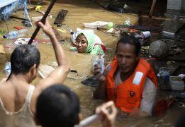 Une femme nage dans une rue inondée de Jakarta en Indonésie le 02 janvier