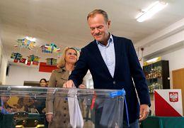 دونالد توسک در حال رای دادن در انتخابات پارلمان اروپا