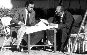 نائب الرئيس حسني مبارك يجتمع مع الرئيس المصري أنور السادات في القاهرة. 1975