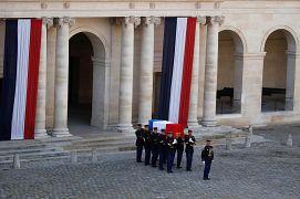 Le cercueil de Jacques Chirac est sorti dans la cour de l'Hôtel des Invalides à Paris