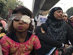 Des manifestantes se couvrent l'oeil en soutien aux blessés aux yeux par les forces de l'ordre, à New Delhi en Inde le 29 décembre 2019