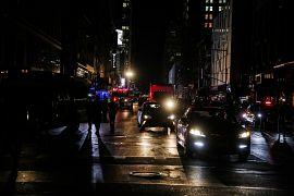 New York'un Manhattan semtinde 5 saat boyunca sadece cep telefonları ve araçların ışıkları vardı
