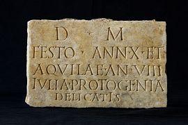 Plaque funéraire en marbre inscrite.