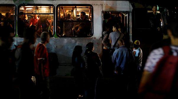 Venezuela karanlığa gömüldü, Maduro 'sabotaj' dedi