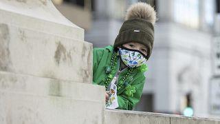 Un bimbo guarda il Chicago River tinto di verde per i festeggiamenti di San Patrizio nel marzo 2021