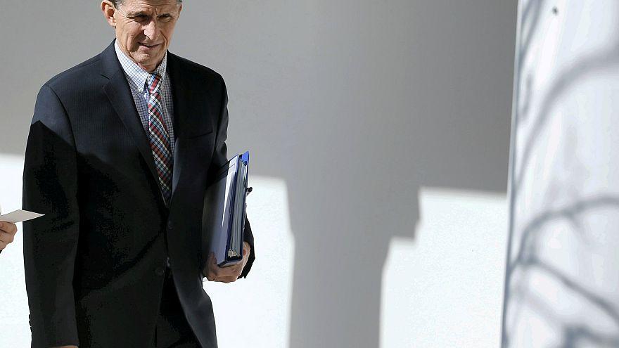 Michael Flynn Beyaz Saray'dan çıkarken.